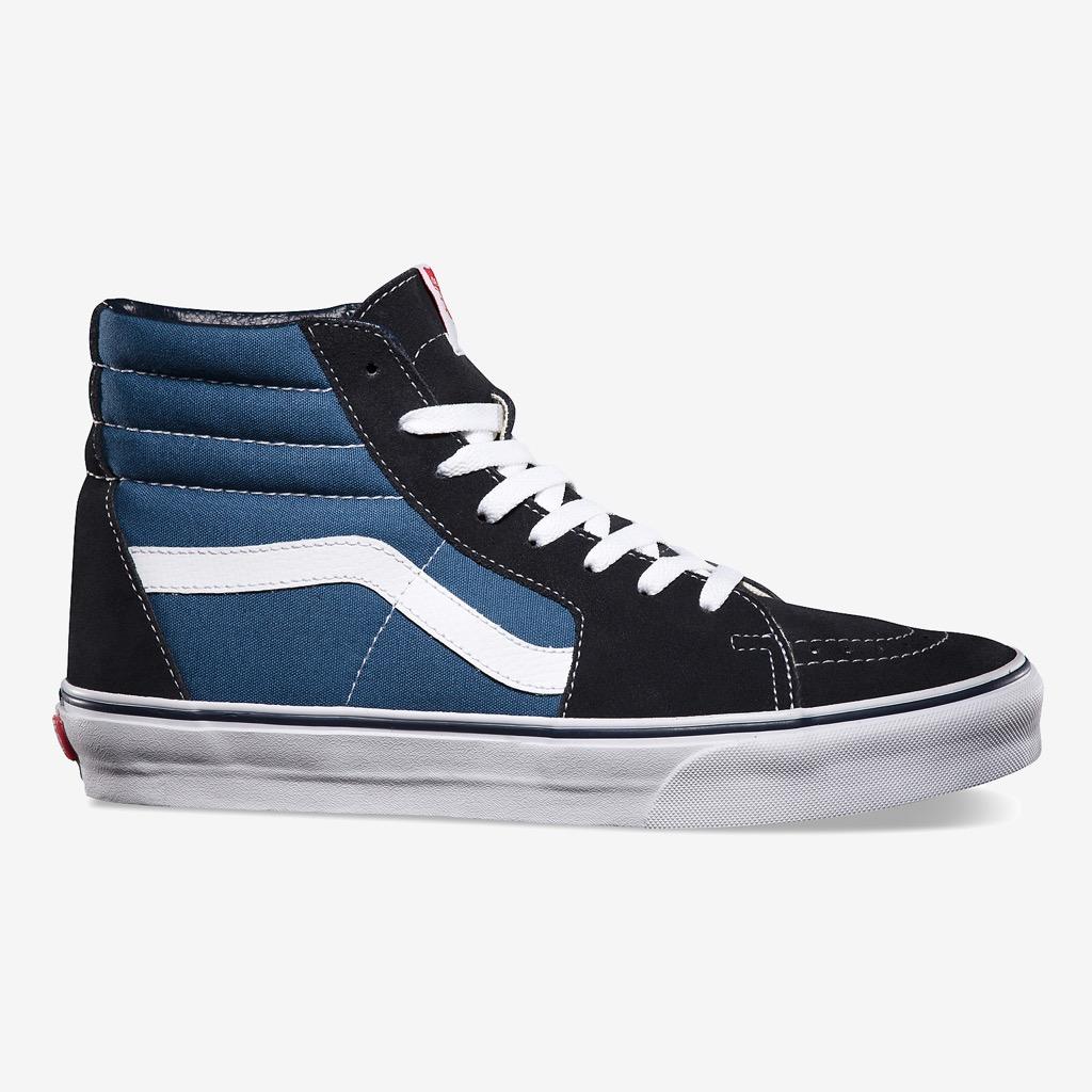 """Высокие кеды Sk8-HiВысокие кеды<br>Дебютная модель из легендарного наследия высоких кед Vans, впервые обеспечившая скейтбордическую обувь поддержкой стопы, свойственную атлетической. Однако внешний вид Sk8-Hi сделал их популярными не только среди скейтбордистов, но и среди музыкантов, художников и представителей контркультурного сообщества. Сегодня они предстают в их первозданном облике, с традиционным верхом из прочного канваса на фирменной """"вафельной"""" подошве. В этой модели используется универсальная размерная шкала, которая совпадает с мужской. При выборе женского размера необходимо проверять соответствие в таблице размеров.<br><br>Цвет: Синий<br>Размер US: 9,5<br>Материал: 55% Кожа 45% Текстиль Подошва: 100% Резина<br>Пол: Men"""