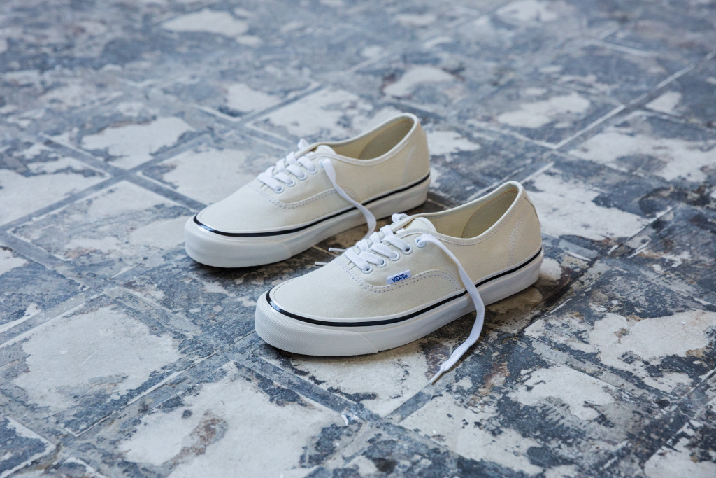 SP17_Classics_VN0A38ENMR4_Authentic44DX-AnaheimFactory-ClassicWhite_Elevated.jpg